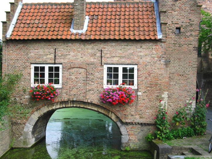 Canal house spanning canal, Delft