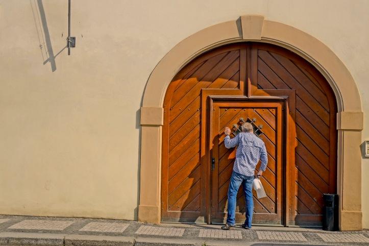 11 Door Knock 2191 E1 SM